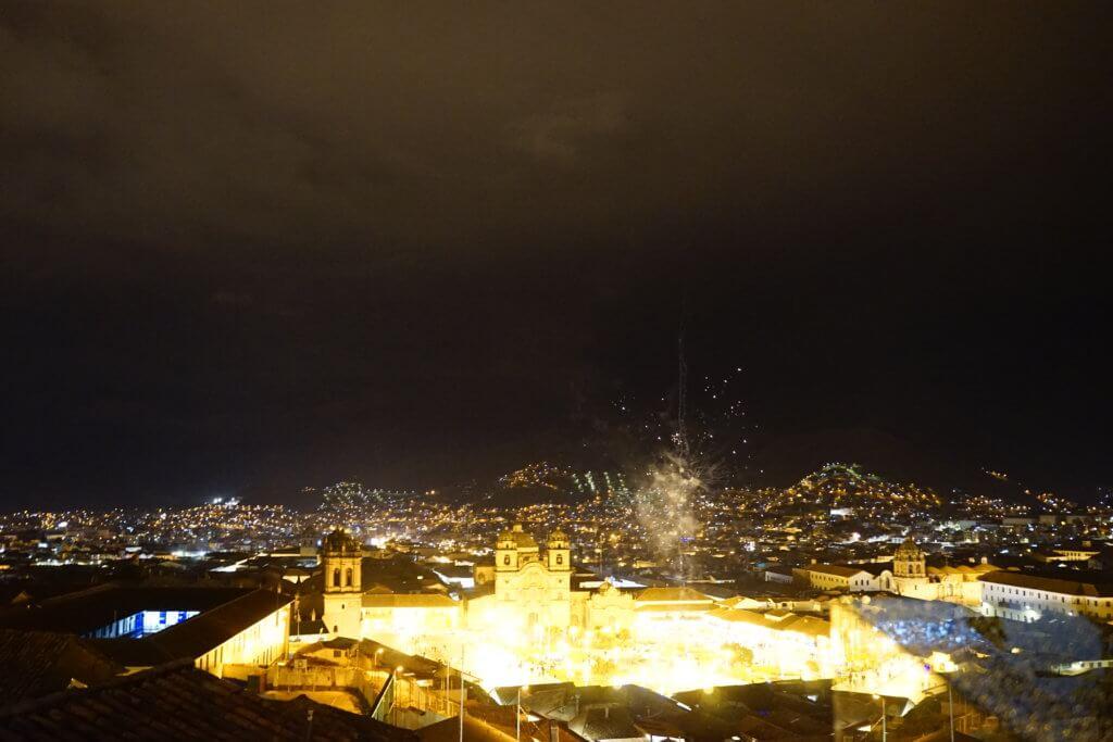 DSC7806 1024x683 - 【ペルー クスコ】雨と光と爆竹と。2020年へのカウントダウン(3)〜アルマス広場