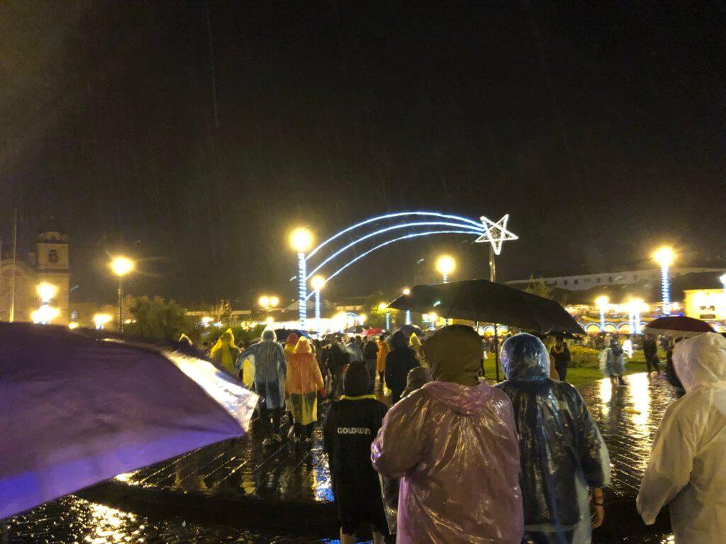 IMG 5907 1024x768 - 【ペルー クスコ】雨と光と爆竹と。2020年へのカウントダウン(4)アルマス広場のカウントダウン