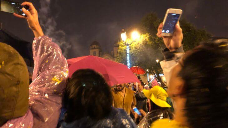 IMG 5919 730x410 - 【ペルー クスコ】雨と光と爆竹と。2020年へのカウントダウン(4)アルマス広場のカウントダウン