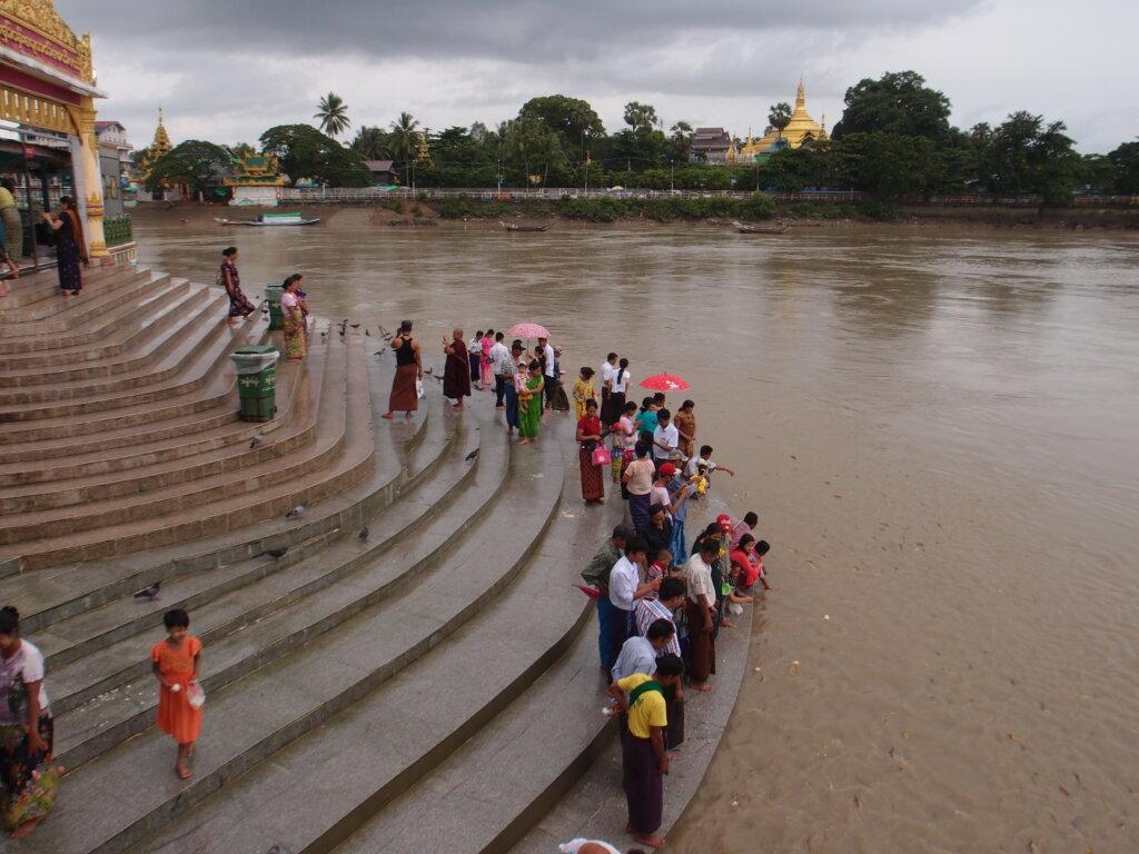 P8151254 1024x768 - 【ミャンマー ヤンゴン】土色のヤンゴン。夢見るミャンマー。イラワジ川の寺院。